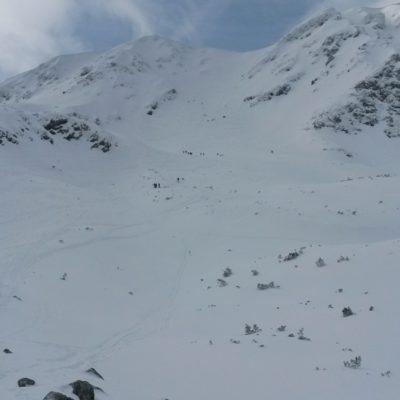 uprostřed Salatín 2047m a sedlo nad širokým žlabem vpravo od  vrcholu - výstupová a sjezdová linie