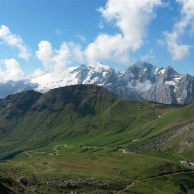 pohled na Passo Pordoi a masiv Marmolady